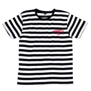 Una camiseta de rayas, blanca y negra sobre fondo blanco, con una serigrafía en el pecho izquierdo.