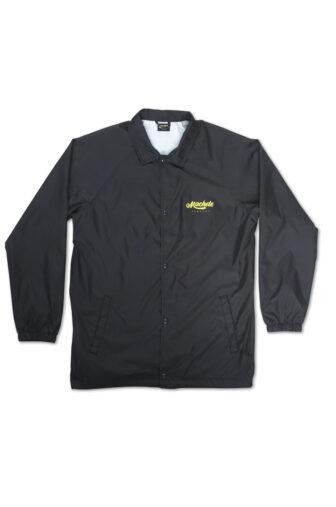Cortavientos color negro con manga ranglan, dos bolsillos laterales y serigrafía en la parte izquierda del pecho